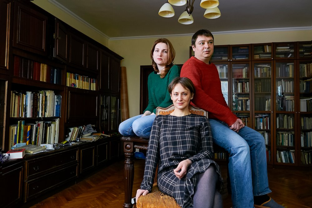The Bell staff posing in the Moscow flat out of which they work (L to R: Anastasia Yakoreva, Irina Malkova, Pyotr Mironenko). Image: Aliona Kondyurina