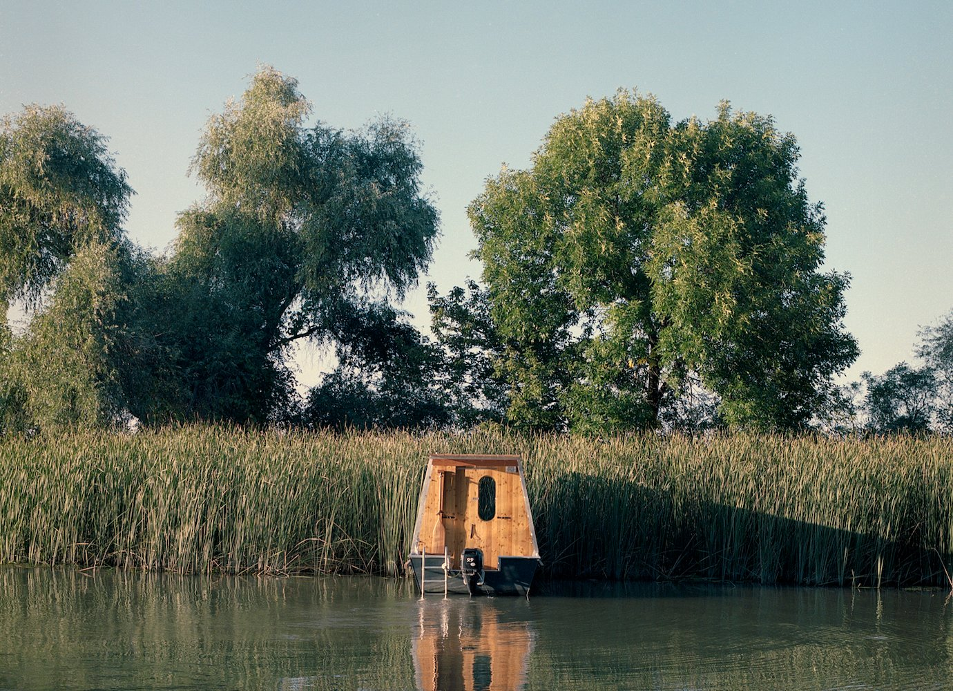The serene beauty of a sustainable houseboat on Hungary's Lake Tisza