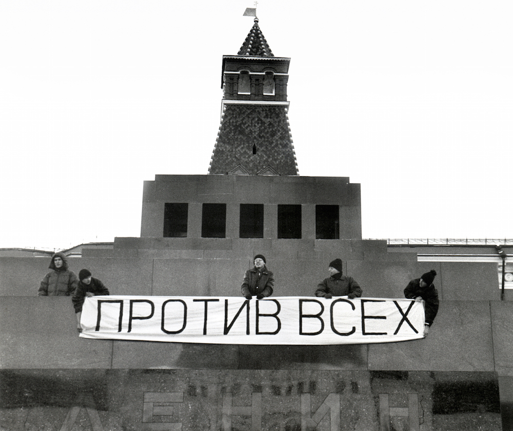 """Anatoly Osmolovsky performance with """"Against All"""" banner in Red Square (1999)"""