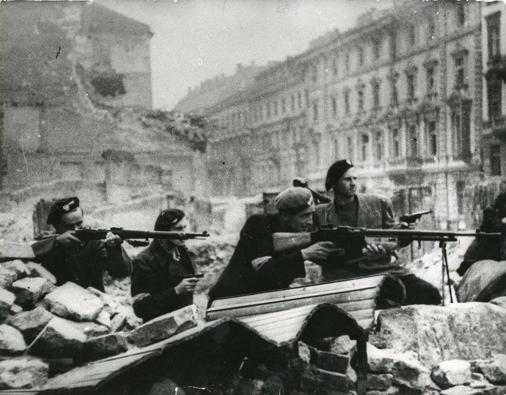 Fighters defend the barricades during the 1944 Warsaw uprising. Image: Muzeum II Wojny Światowej/Facebook
