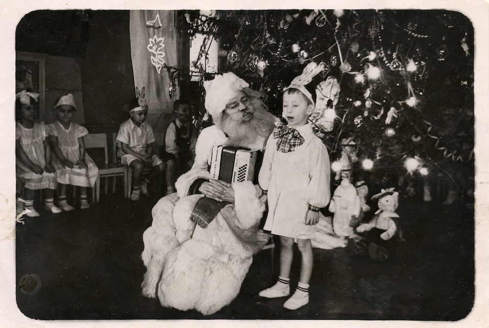 Ded Moroz with a Soviet child in 1957. Image: Copper Kettle under a CC licence