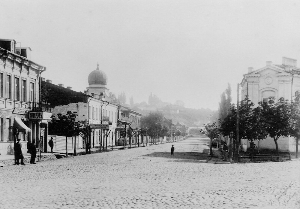 Historical photograph of Ozeskiene Street in central Kaunas, with the dome of a synagogue visible (image: elem under a CC licence)