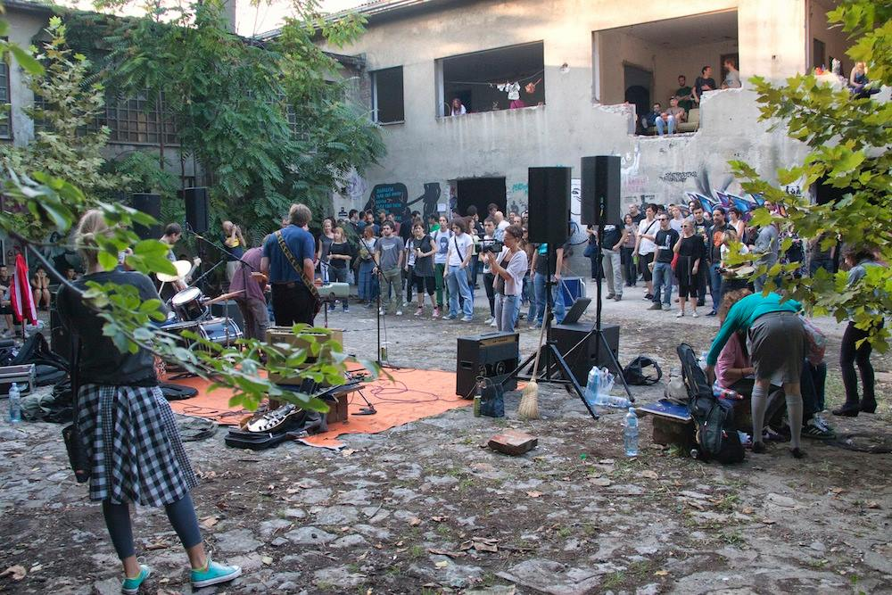 A concert in the courtyard of Belgrade's former Inex cinema, which was occupied by urban activists as an exhibition space. Wyspa Słodowa 7/FB.