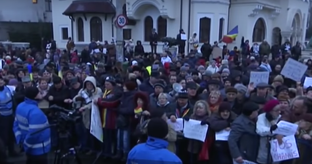 Pro-government counter-protesters at Cotroceni Palace. Image: Youtube
