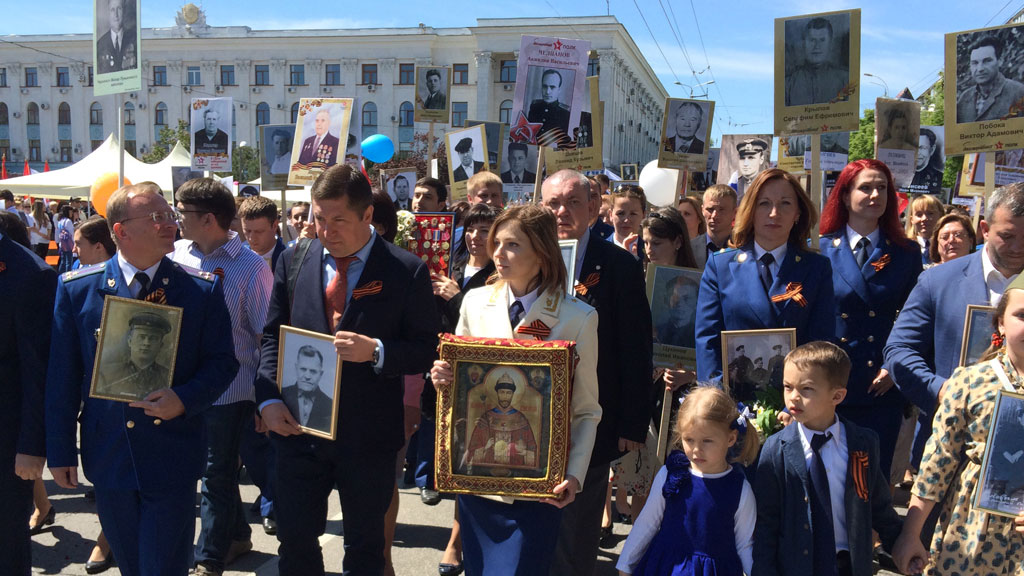 MP Natalya Poklonskaya carries an icon with the image of Nicholas II