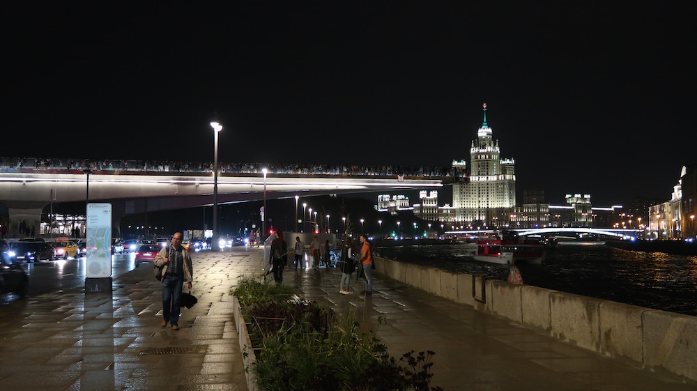 "The ""Soaring Bridge"" leads park visitors out over the Moskva River. Image: Michał Murawski"