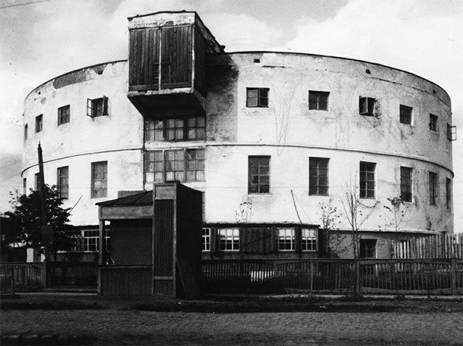 1950 photograph of Lenin public bath in Tyumen, designed by Anatoly Ladinsky. (Image: Max Schulz)