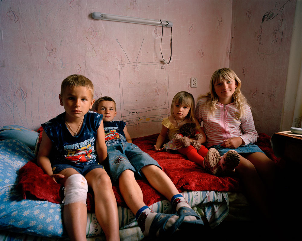 Simon Crofts, <em>Adopted girl with her cousins, Ukraine</em>, 2009. Courtesy of Kunsthal