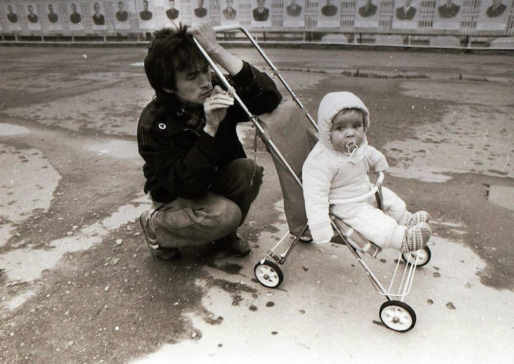 Viktor Tsoi with his son Aleksandr in 1986. Image: Private Life Shot / Facebook