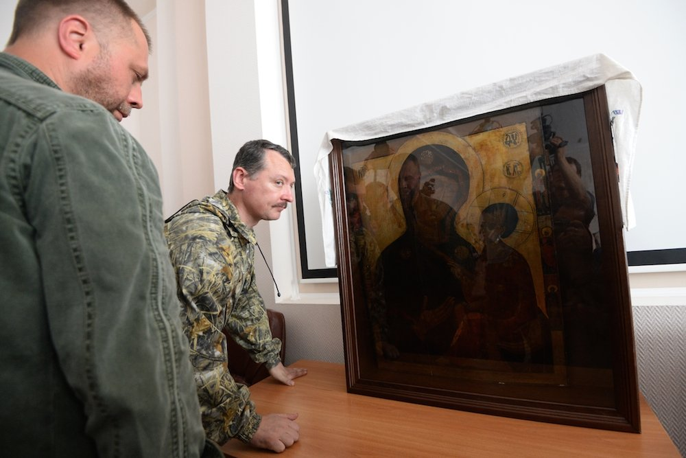 "Igor Strelkov (r), defence minister of the ""Donetsk People's Republic"" and the republic's prime minister Alexander Boroday with an icon donated by the Russian Orthodox Church to the Donetsk militia (Photo: RIA Novosti)"
