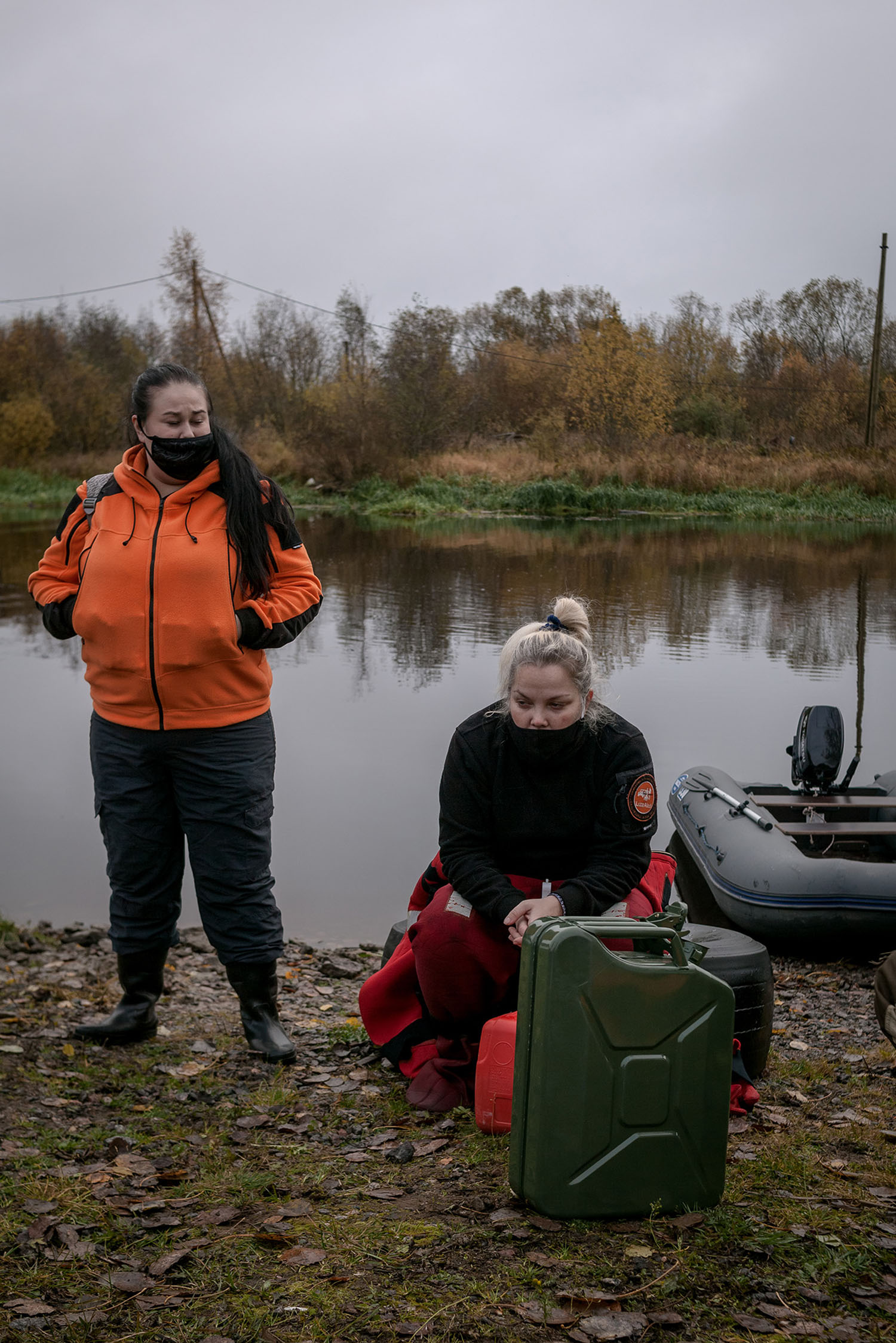 Volunteers carrying out an underwater search in Novoladozhsky canal.