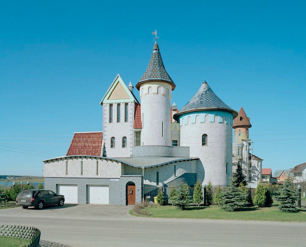 Good manors: fantasy homes of the new rich, Belarus-style